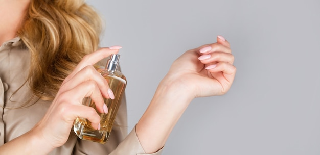 Perfum 병을 가진 여자. 향수를 사용 하여 아름 다운 소녀입니다. 병을 가진 여자