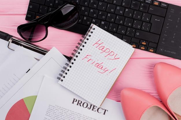 Рабочее место женщины с милыми аксессуарами на ярко-розовом фоне