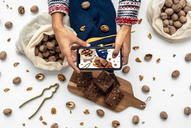 Женское фото домашних пирожных на белом фоне с орехами