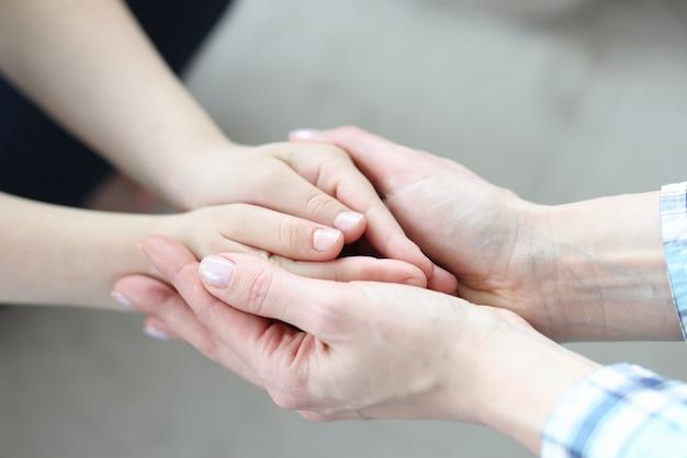 Руки женщин и детей соединились крупным планом