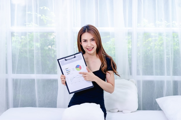 Женщины и граф молодые бизнес-леди представляют бизнес-планы концепция успешного бизнесмена