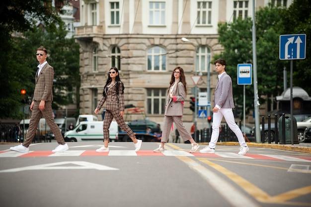 通りを歩く女性と男性