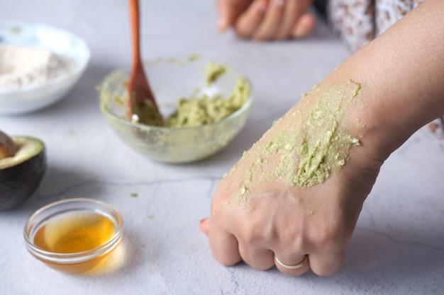 自家製の天然アボカド化粧クリームを肌に塗る女性