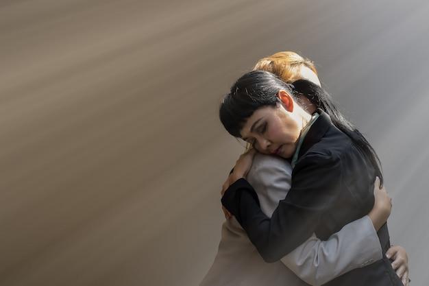 女性は悲しい感情に包まれています。