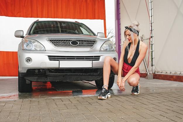 女性は洗車をします