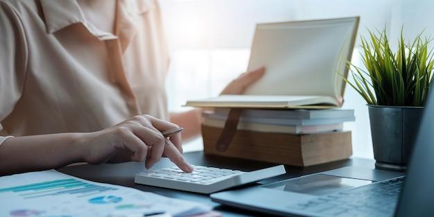 Женщины просматривают отчеты, финансовые документы для анализа финансовых данных, рабочих идей и рыночных данных.