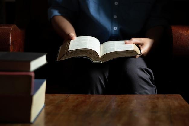 여자는 성경을 읽고 앉아