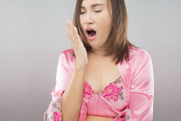 Женщины зевают после того, как она проснется