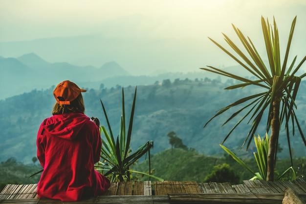 Женщины-азиаты путешествуют, отдыхая в кемпинге. на moutain.thailand