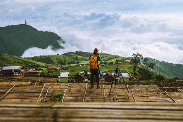 Женщины-азиаты путешествуют отдыхать в отпуске. фотография пейзажа на moutain.thailand