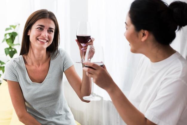 家でワインとデザートについて話し合う女性