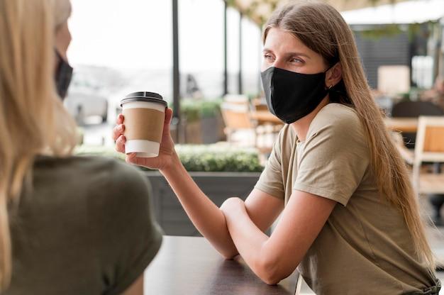 マスク付きのテラスでの女性
