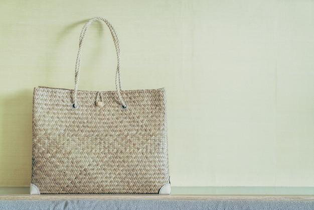 ソファの上の女性のバッグ