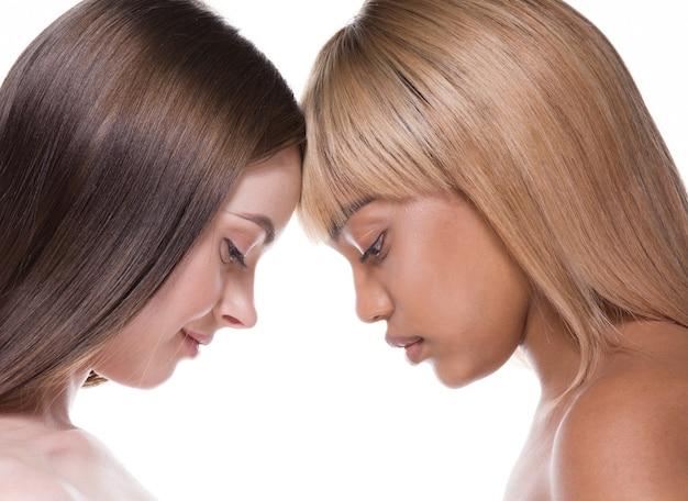 女性の黒と白の肌エスニックビューティー化粧品スキンケア