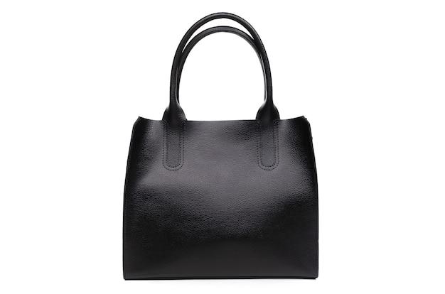 Женская черная кожаная сумка, изолированные на белом фоне.