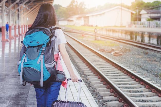 관광객, 기차역에서 여자, 파란색 배낭과 모자. 여행 아이디어