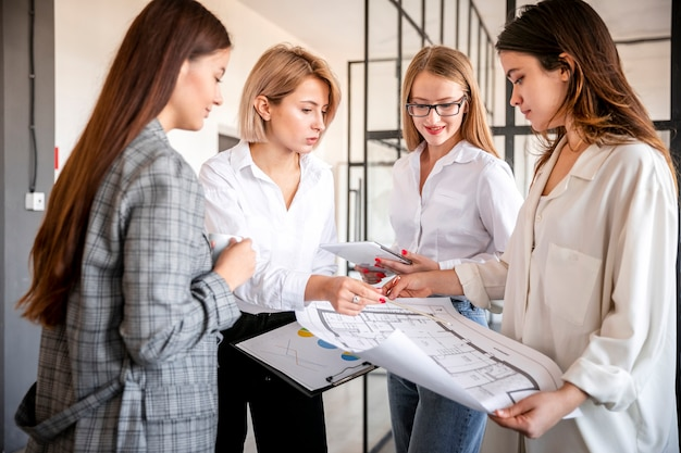 オフィスでの女性のビジネス会議