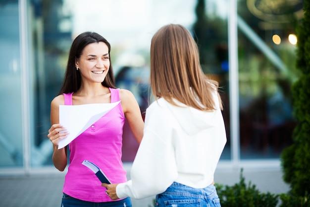 Женский бизнес с плакатом с приветственным сообщением