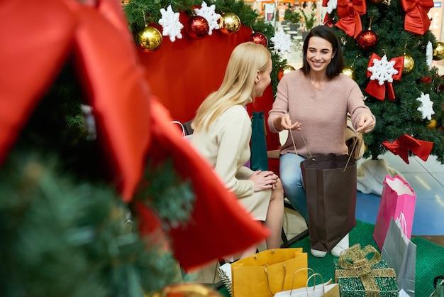 Женщины покупают подарки на рождество