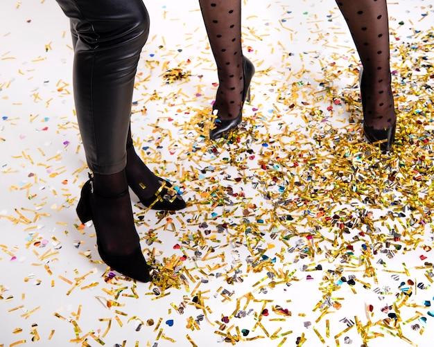 Женщины празднуют новогоднюю ночь дома