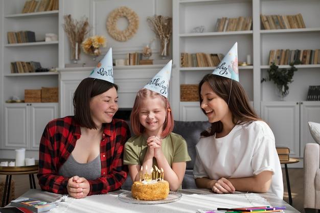 娘の誕生日を祝う女性