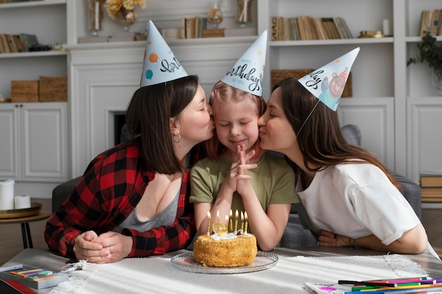 딸의 생일을 축하하는 여성
