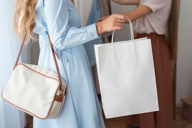 Donne che controllano i vestiti nuovi a casa