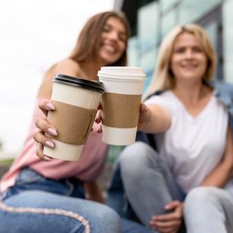 一杯のコーヒーで応援する女性