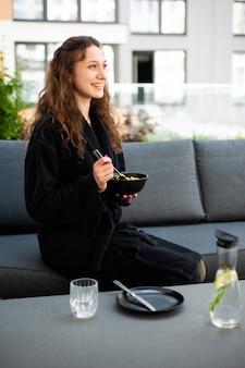 체육관 후 건강 음료를 식히고 마시는 여성