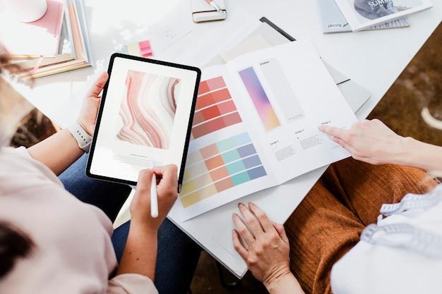 디지털 태블릿을 사용하여 색 구성표를 선택하는 여성