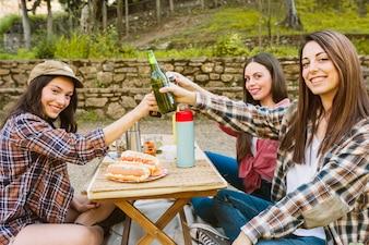 Женщины звонкие бутылки в природе