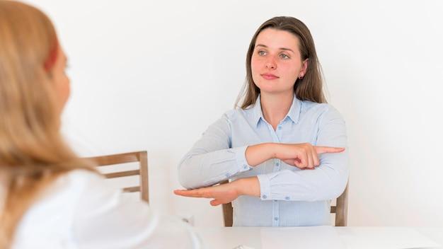 手話でコミュニケーションする女性