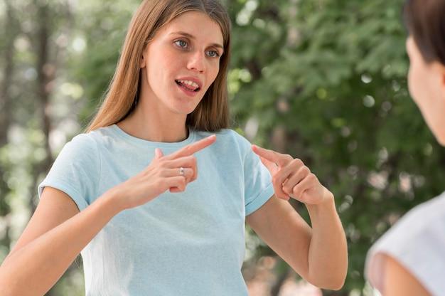 Женщины общаются друг с другом с помощью языка жестов