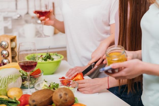 여성 요리 교실. 채식. 특별한 레시피. 친절한 학습 분위기. 레드 와인 잔.