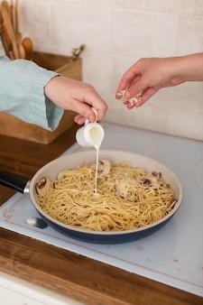 家で一緒に料理をする女性