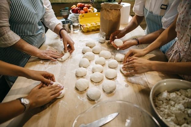 伝統的な田舎料理を一緒に料理する女性