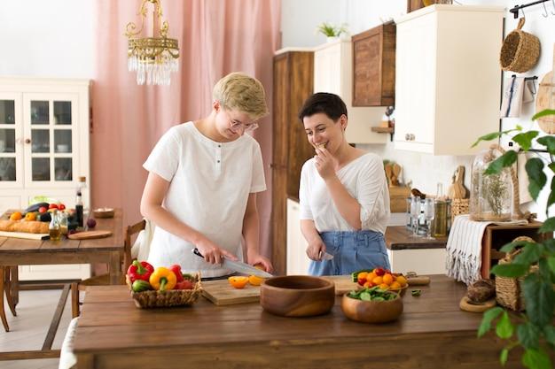 さまざまな食材を使った料理をする女性