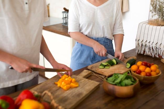 Donne che cucinano con ingredienti diversi