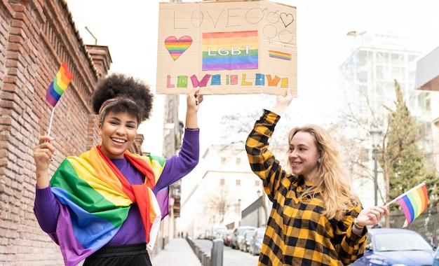 Демонстрация женщин в день гей-парада