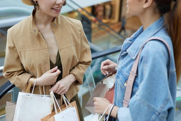 쇼핑몰에서 매장을 논의하는 여자