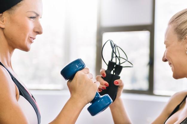 체육관에서 운동을하는 여자