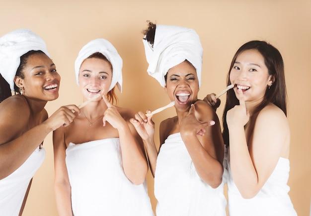 口腔洗浄をしている女性多民族の女性、下着、ボディタオル、口腔洗浄、歯ブラシ、歯茎のケア