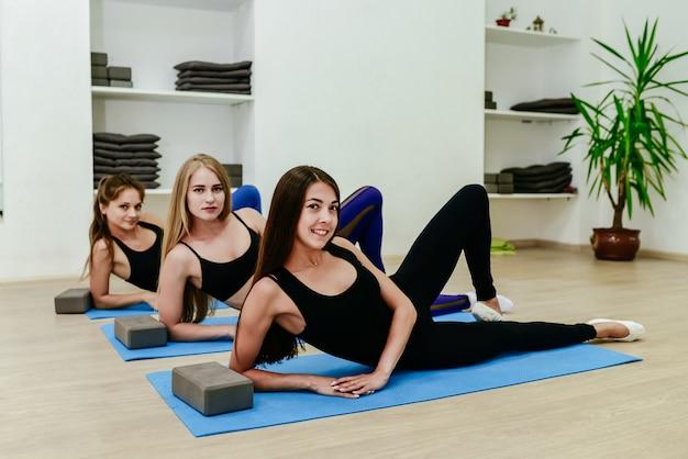 Женщины делают штамповки тренировки в фитнес-клубе. Premium Фотографии