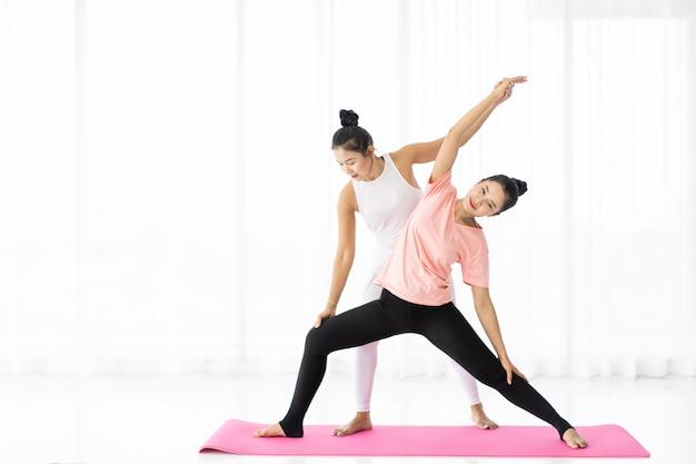 요가 운동을 함께하는 여성, 웰빙, 건강한 삶과 매일의 라이프 스타일에서의 건강한 활동의 개념.