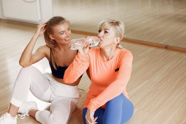 Женщины занимаются йогой. спортивный образ жизни. тонированное тело