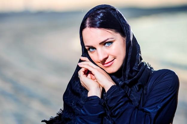 Женщины одеты в ближневосточный образ
