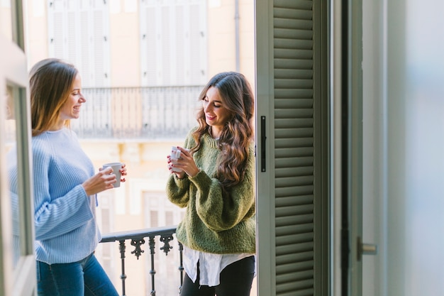 Женщины пьют на балконе