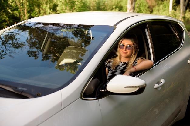 여행 여행을 운전하는 동안 차를 운전하는 여성.