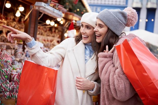 クリスマスマーケットでのクリスマス小売中の女性