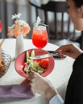 아카바도, 자몽, 양상추, 치즈와 다이어트 샐러드를 먹는 여성
